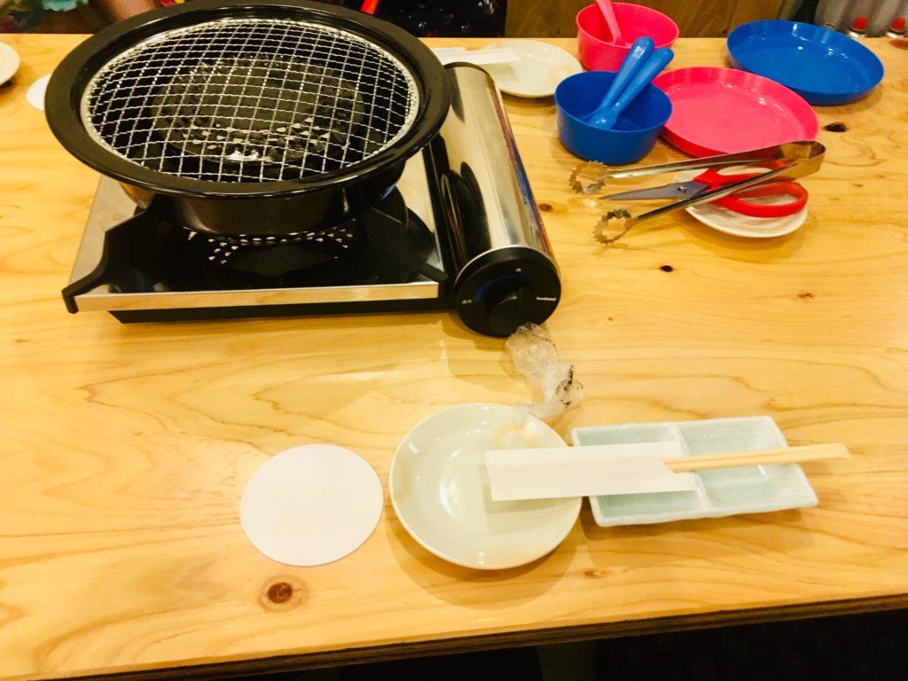 コンロと子供用食器の画像