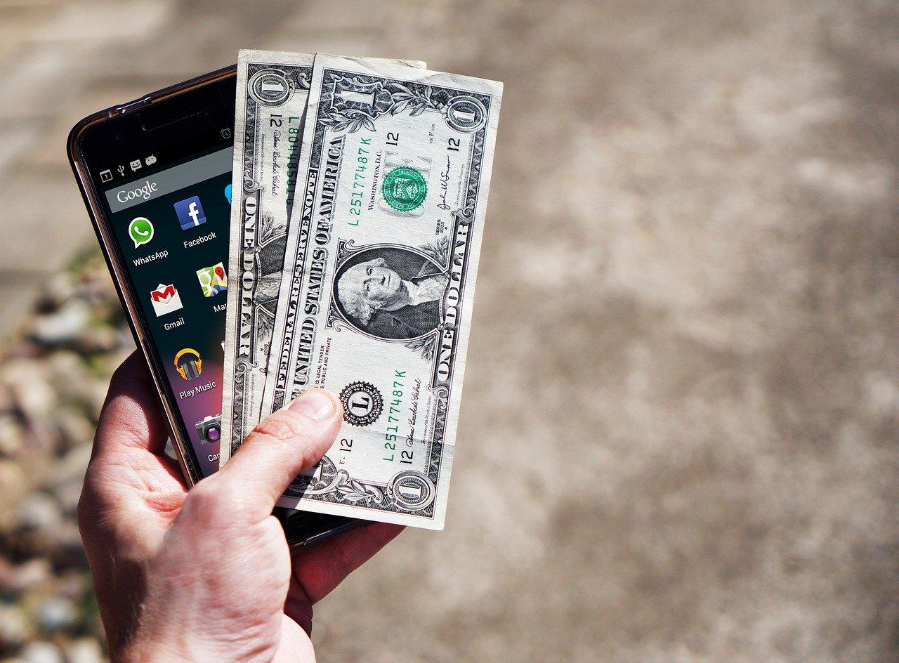 携帯とお金の画像